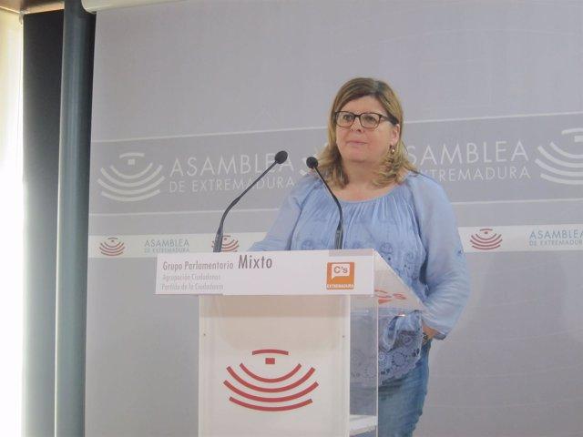 La portavoz de Ciudadanos en la Asamblea de Extremadura en rueda de prensa
