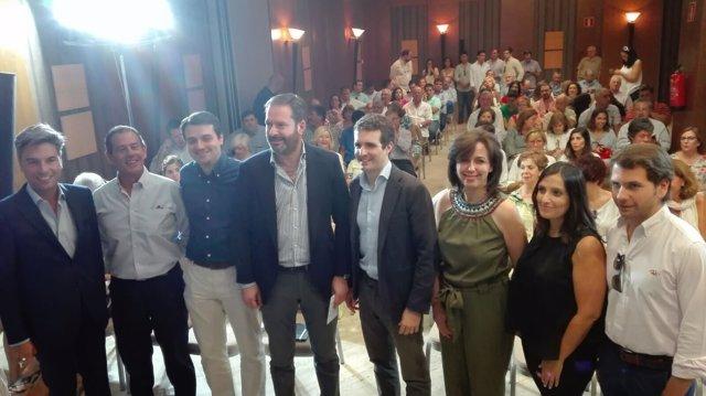 Casado (centro) con responsables del PP de Córdoba