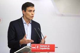 """Pedro Sánchez ve al Rey """"preocupado"""" por Cataluña e insta a Rajoy a ofrecer una solución política"""