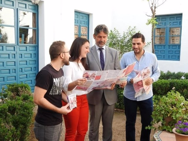 Gómez y Cañadilla (centro) durante la presentación de la guía