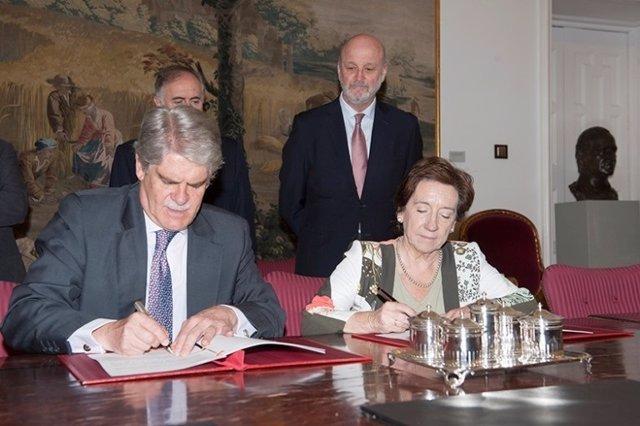 Dastis firma un acuerdo con la presidenta de la APM, Victoria Prego
