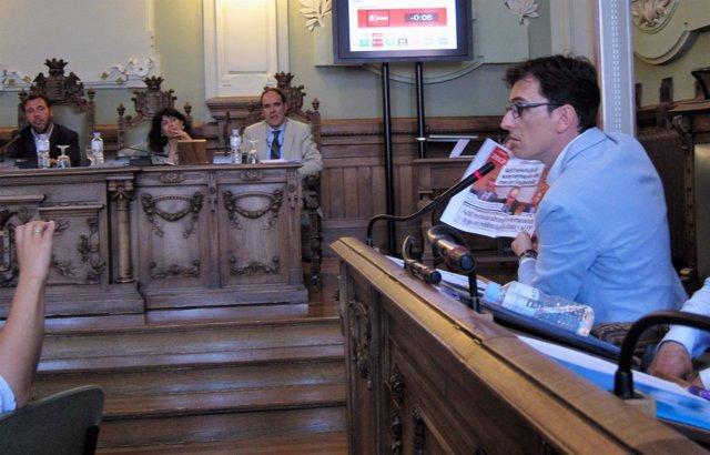 Pedro Herrero (PSOE), interviene en el Pleno ante la mirada de Puente