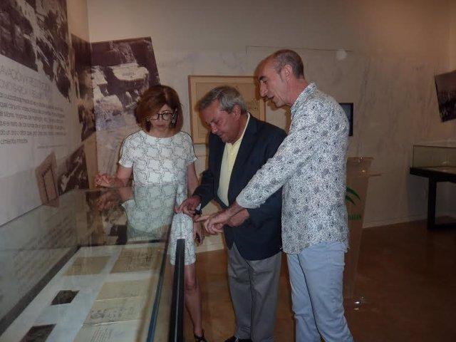 Alcalde (centro) en la inauguración de la exposición