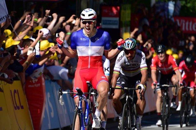 Arnaud Démare celebra su victoria