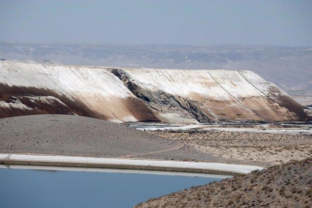 Vertido de ácido en el cauce seco del río Ashalim