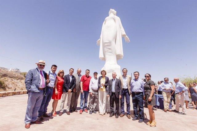 La ministra y las corporaciones provincial y local, en la Estatua a la Libertad.