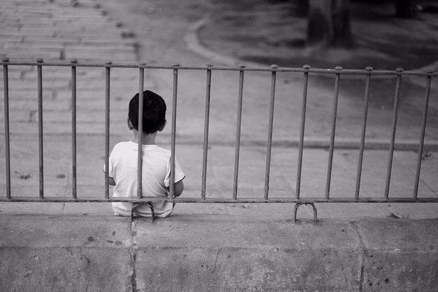 Niño, solo, sedentarismo