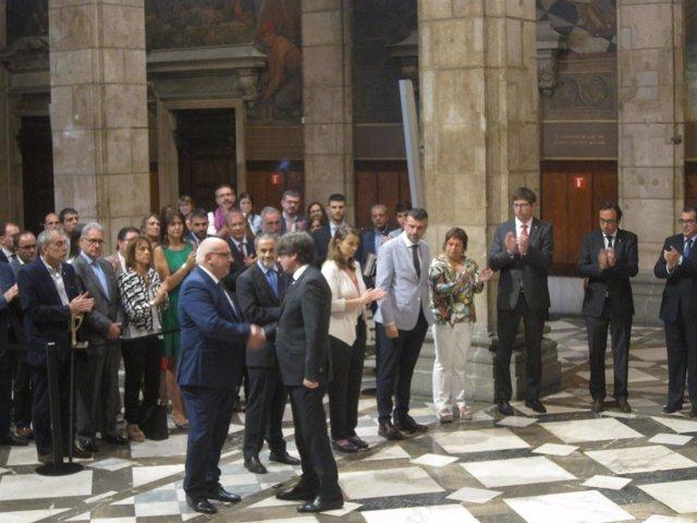 El pte.C.Puigdemont saluda a J.Baiget tras su cese