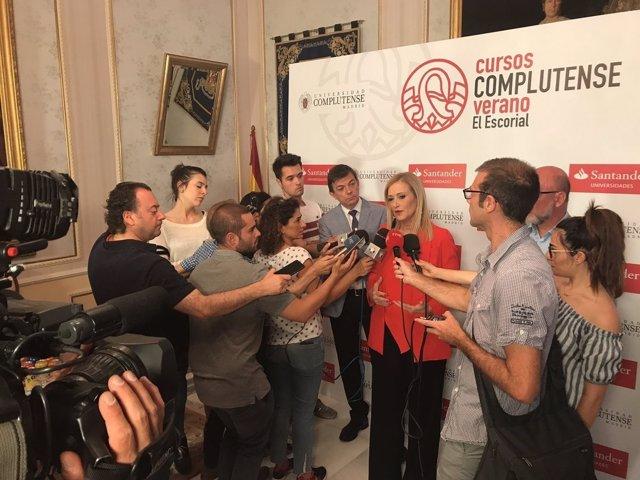 Cifuentes atiende a los medios de comunicación en los cursos de la UCM