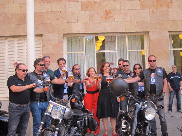 Sainz, Zúñiga y De Aguirre brindando con Cerveceros de España