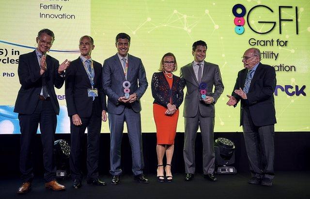 Los doctores premiados con los miembros de Merck