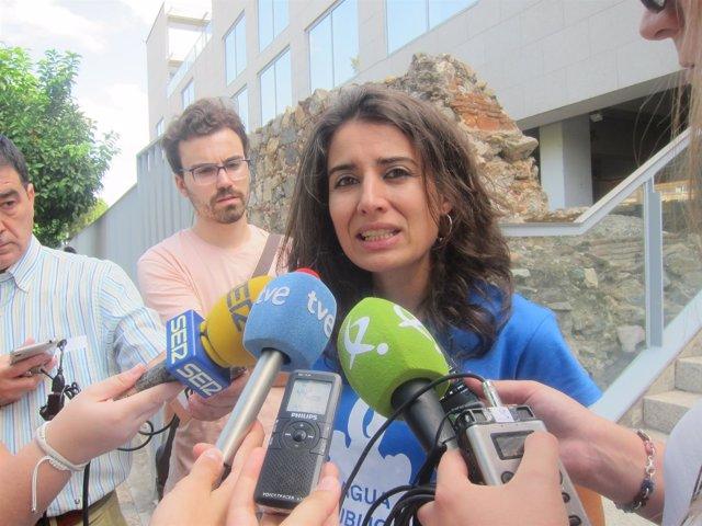 La presidenta del Grupo Parlamentario Podemos Extremadura atiende a los medios