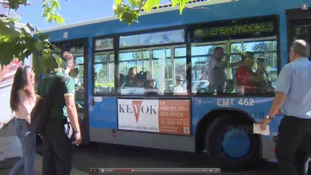Imagen de uno de los autobuses alternativos al cierre de la L5 de Metro
