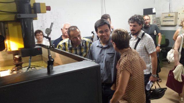 Gerardo Pisarello y Carmen Andrés visitando una fábrica de Bon Pastor