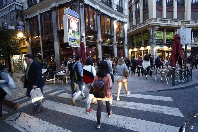 Andando, andar, pasear, paseando en Madrid, calle, cruzando un paso de cebra