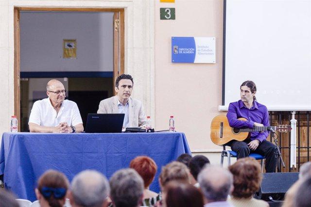 Un alumno del Conservatorio de Música ha interpretado piezas para guitarra.