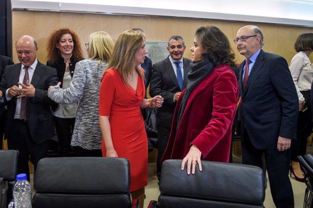 La consejera canaria Rosa Dávila conversa con Saénz de Santamaría ante Montoro