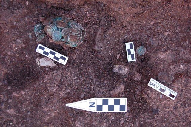 Detalle del tesoro de monedas hallado en la mina de Riotinto.