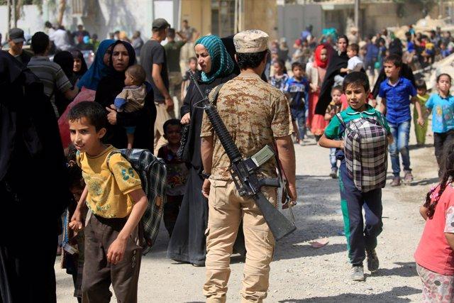 Civiles huyen de Mosul