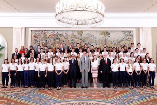 Los Reyes con estudiantes de las Becas Europa