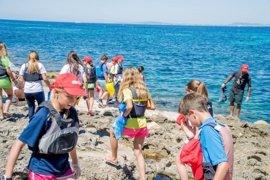Más de 1.000 jóvenes participan en unas jornadas para limpiar 15 kilómetros de litoral balear