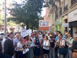 """Cerca de 50 personas se concentran frente al Canal para denunciar la """"corrupción"""" y pedir el freno de la privatización"""