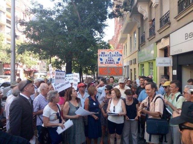 Imagen de la concentración frente a la sede del Canal de Isabel II