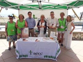 Voluntarios de la AECC realizan en Málaga una campaña de información y prevención de riesgos de la exposición al sol