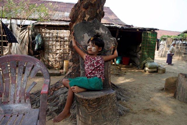Una niña rohingya en un campo de refugiados en Rajine, Birmania
