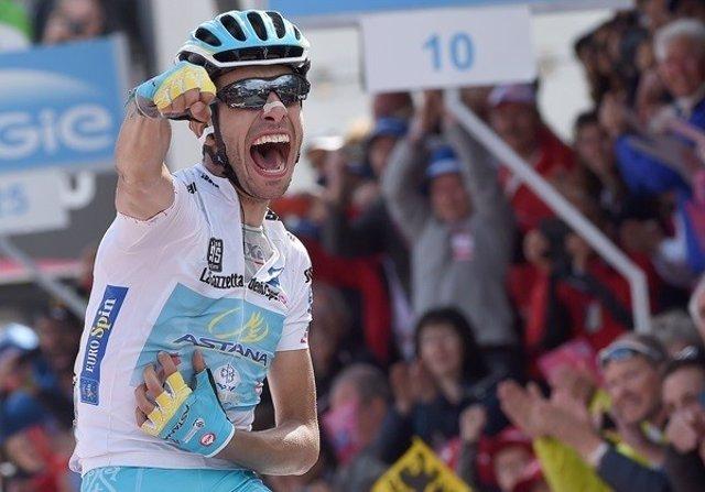 Aru celebra su victoria en la etapa 19 del Giro