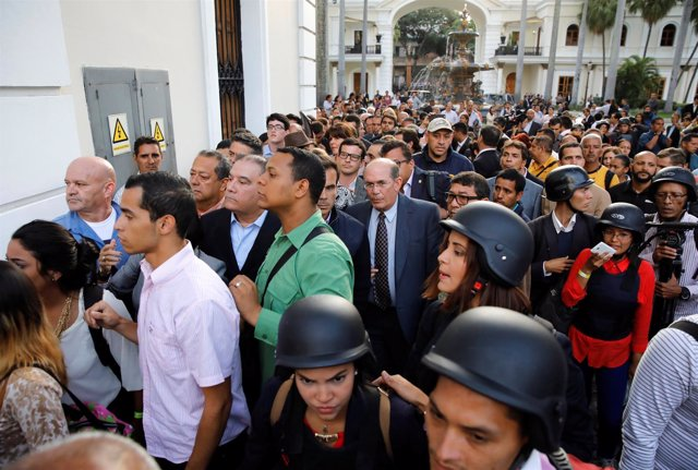 Gente esperando para abandonar el Parlamento, en Caracas