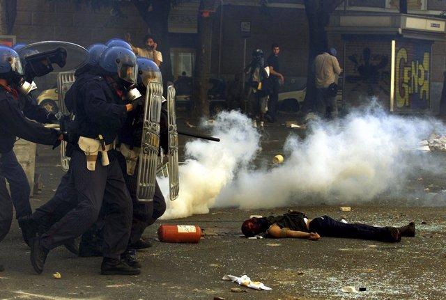 Policías junto a Carlo Giuliani, el manifestante muerto en Génova