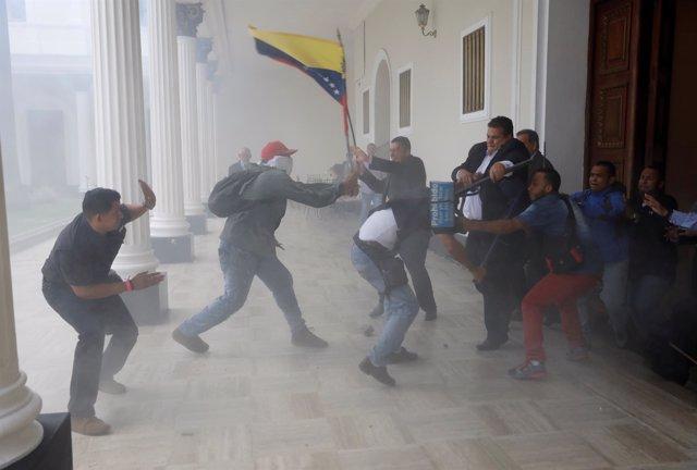 Enfrentamientos junto a la Asamblea Nacional de Venezuela