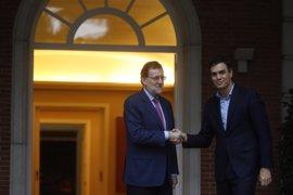 Rajoy y Sánchez se saludan con un apretón de manos y posan sonrientes ante las cámaras antes de su reunión en Moncloa