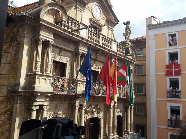 La ikurriña ondea en el Ayuntamiento de Pamplona en el día del chupinazo