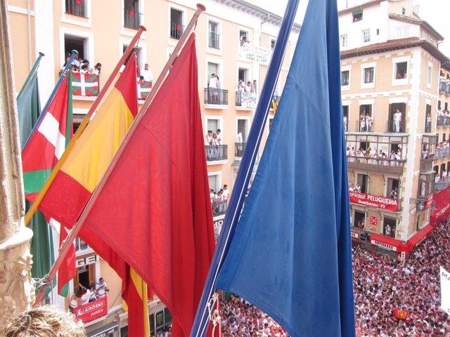 La ikurriña junto a las banderas oficiales.