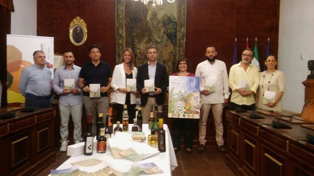 Sánchez (centro) durante la presentación de la guía