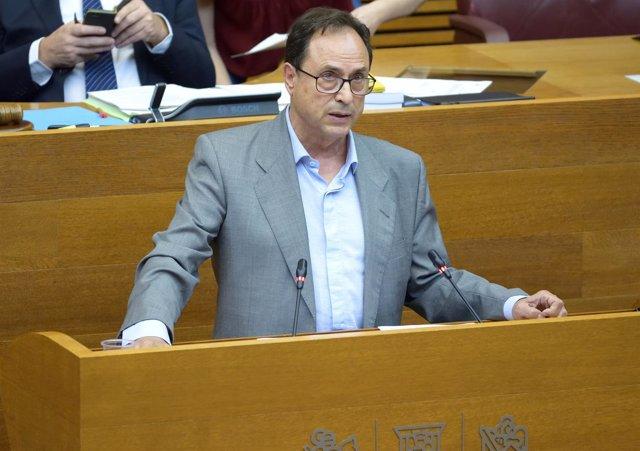 El conseller de Hacienda, Vicent Soler, en el pleno de las Corts