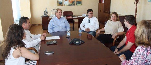 John P. Regan (centro) junto a Mario López Magdaleno (al fondo a la dcha.)