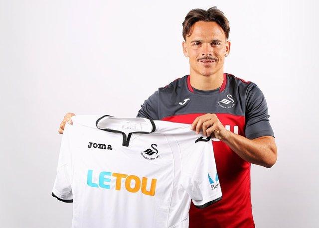 Roque Mesa posa con la camiseta del Swansea