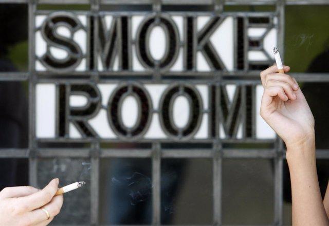 Fumadoras en una sala para fumar