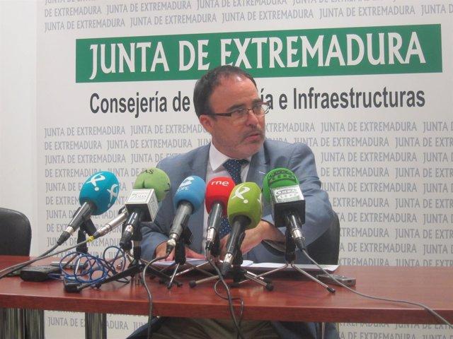 El director general de Turismo de la Junta de Extremadura en rueda de prensa