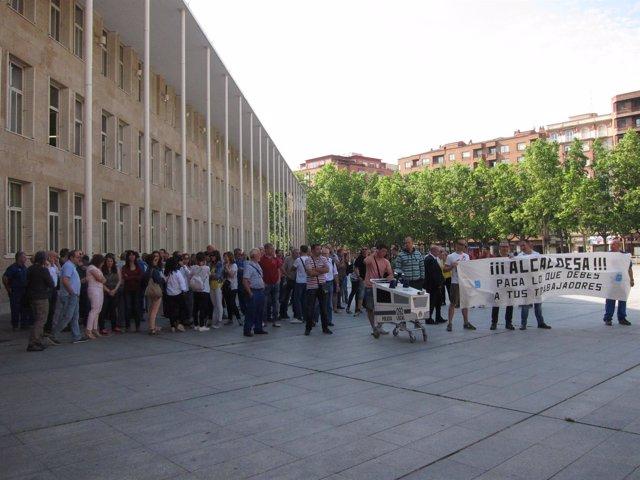 Los funcionarios municipales protestan en la Plaza del Ayuntamiento