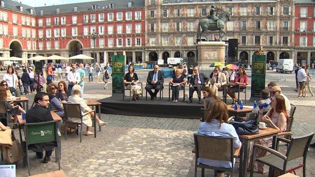 La Plaza Mayor de Madrid sopla velas rodeada de arte
