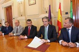 """Fomento firma el documento que define los usos del puerto de Málaga, que supone """"un paso de gigante"""" para su desarrollo"""