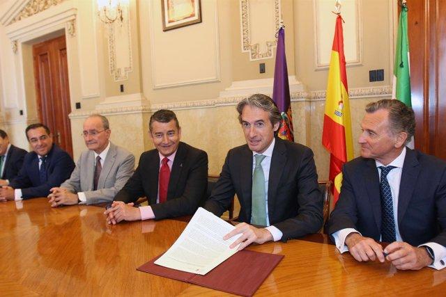 El ministro de Fomento firma DEUP. Puerto de Málaga