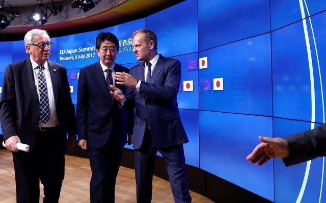 Japan's Prime Minister Shinzo Abe (C) talks with European Commission President J