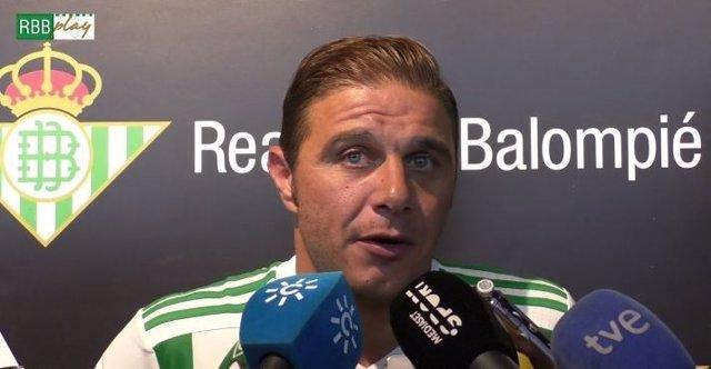 Joaquín Sánchez atiende a los medios