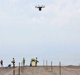 El Ayuntamiento de Fuengirola incorpora en sus playas un sistema pionero de rescate mediante el uso de un dron