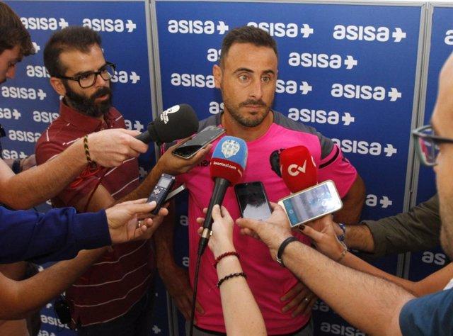 Pedro López, jugador del Levante, atiende a los medios